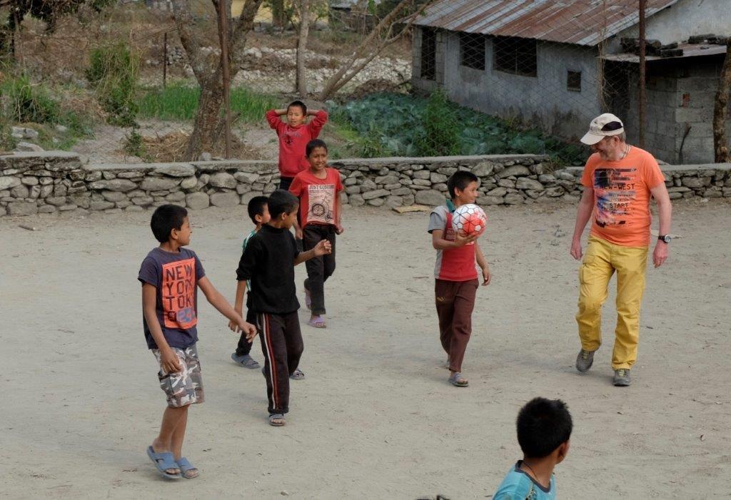 Michael Bauer beim Fußballspiel mit den Kindern